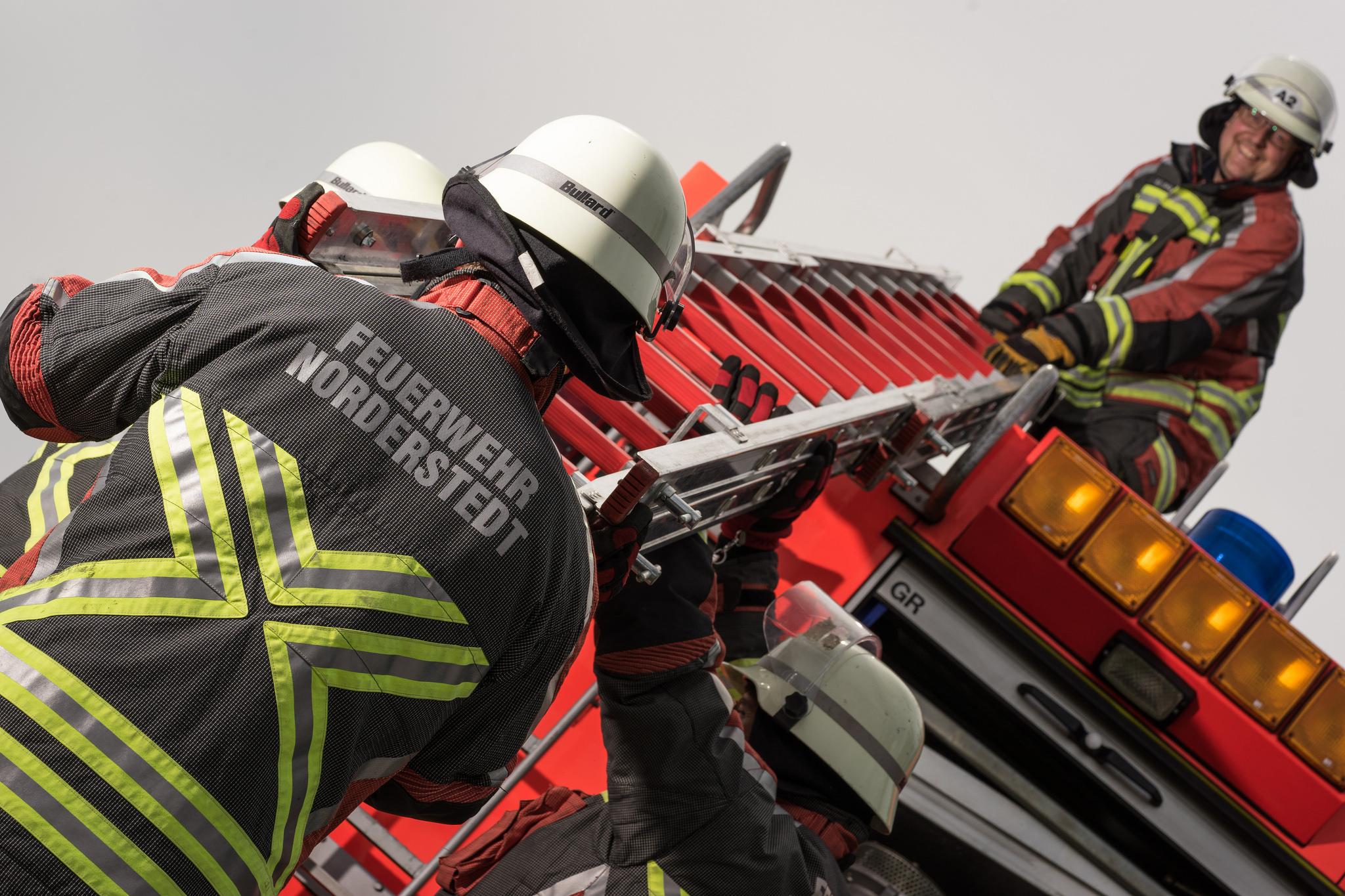 10 Einsatz einer tragbaren Leiter durch die Feuerwehr Norderstedt